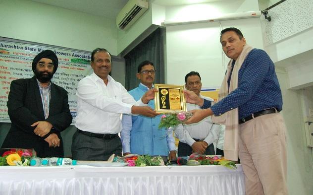 भारतीय कृषी संशोधन परिषदेचे संचालक डॉ. पी. जी. पाटील  यांच्याकडून सन्मान स्वीकारताना अलाना सन्स प्रा. लि. मुंबईचे कंपनी प्रतिनिधी श्री. विजय कुमार .