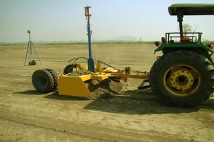 प्रकाशकिरण मार्गदर्शित शेतजमीन सपाटीकरण तंत्रज्ञान (लेझर लॅंड लेव्हलर)