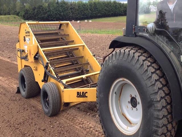 स्टोन पिकर मशीन दोन तासात बाजूला करणार शेतातील दगड -गोटे